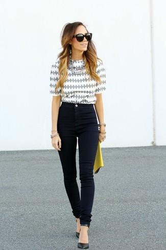 Come indossare e abbinare: camicetta manica corta stampata grigia, jeans aderenti neri, décolleté in pelle neri, pochette in pelle gialla