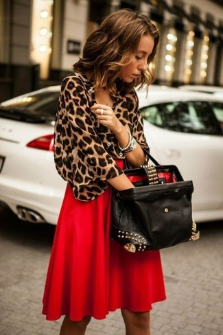 Come indossare: camicetta manica corta leopardata marrone, gonna longuette a pieghe rossa, borsa shopping in pelle decorata nera, orologio argento