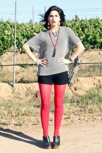 Come indossare e abbinare: camicetta manica corta stampata bianca e nera, pantaloncini di pizzo neri, sabot in pelle neri, collana con perline rossa