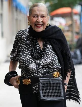 Come indossare e abbinare: camicetta manica corta stampata nera e bianca, pantaloni larghi neri, borsa a tracolla in pelle nera, cintura in pelle decorata nera e dorata