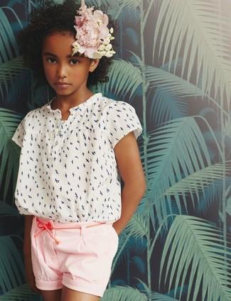 Come indossare: camicetta manica corta stampata bianca, pantaloncini rosa