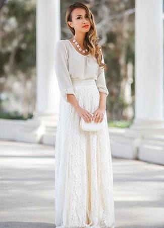 Come indossare: camicetta manica lunga di chiffon bianca, gonna lunga di pizzo bianca, pochette in pelle bianca, collana bianca
