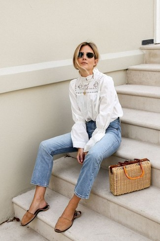 Come indossare: camicetta manica lunga all'uncinetto bianca, jeans azzurri, sandali piatti in pelle scamosciata marrone chiaro, borsa shopping di paglia marrone chiaro