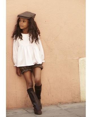 Come indossare e abbinare: camicetta manica lunga bianca, pantaloncini marroni, stivali in pelle marrone scuro