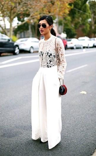 Come indossare: camicetta manica lunga di pizzo bianca, pantaloni larghi bianchi, borsa a tracolla in pelle nera, occhiali da sole neri e dorati