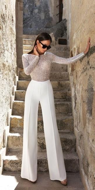 Come indossare: camicetta manica lunga con perline bianca, pantaloni larghi bianchi, sandali con tacco in pelle neri, occhiali da sole neri