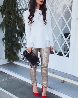 Come indossare: camicetta manica lunga con volant bianca, pantaloni skinny con paillettes dorati, décolleté in pelle scamosciata rossi, pochette in pelle scamosciata con frange nera