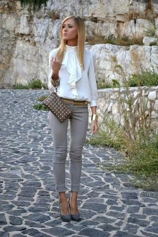 Come indossare: camicetta manica lunga con volant bianca, pantaloni skinny grigi, décolleté in pelle scamosciata grigi, pochette in pelle marrone