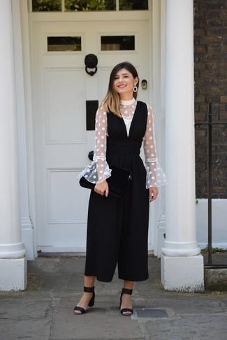 Come indossare: camicetta manica lunga a pois bianca, tuta nera, sandali con tacco in pelle scamosciata neri, orecchini neri