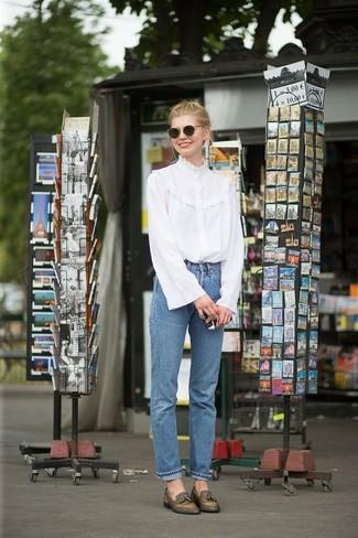 Come indossare: camicetta manica lunga con volant bianca, jeans blu, mocassini con nappine in pelle verde oliva