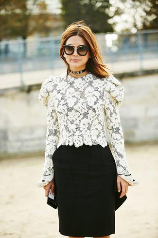 Come indossare: camicetta manica lunga di pizzo bianca, gonna a tubino nera, occhiali da sole neri e dorati