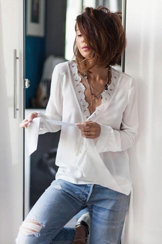Come indossare e abbinare: camicetta manica lunga di pizzo bianca, jeans strappati azzurri, collana con ciondolo argento