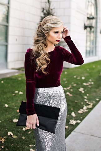 Come indossare e abbinare: camicetta manica lunga di velluto bordeaux, gonna a tubino con paillettes argento, pochette in pelle scamosciata nera