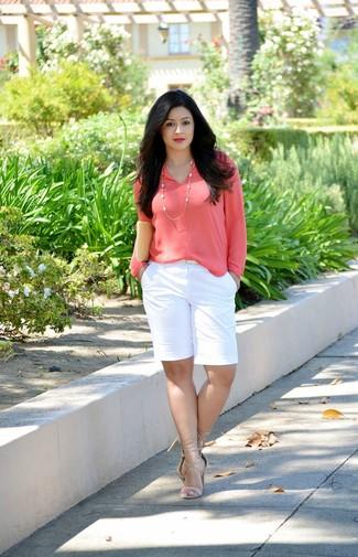 Come indossare e abbinare: camicetta manica lunga fucsia, pantaloncini bianchi, sandali con tacco in pelle beige, pochette in pelle beige
