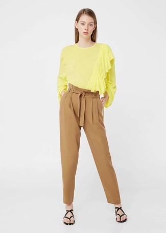 Come indossare e abbinare: camicetta manica lunga gialla, pantaloni stretti in fondo marrone chiaro, infradito in pelle neri