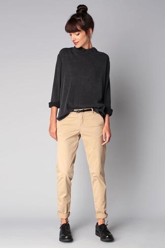 Per un outfit quotidiano pieno di carattere e personalità, potresti combinare una camisetta a maniche lunghe grigio scuro con pantaloni chino beige. Scarpe derby in pelle nere per donna di Marsèll aggiungono un tocco particolare a un look altrimenti classico.