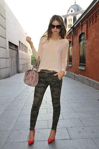 Come indossare e abbinare: camicetta manica lunga beige, jeans aderenti mimetici verde scuro, décolleté in pelle rossi, cartella in pelle beige