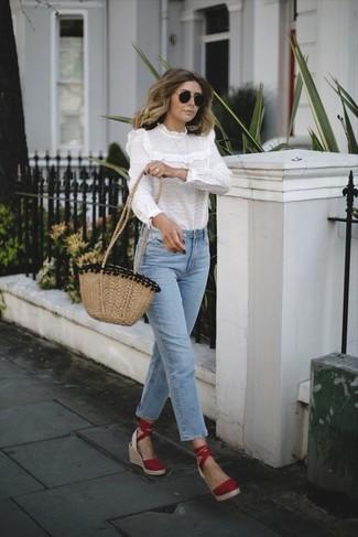 Come indossare: camicetta manica lunga con volant bianca, jeans azzurri, sandali con zeppa in pelle scamosciata rossi, borsa a tracolla di paglia marrone chiaro