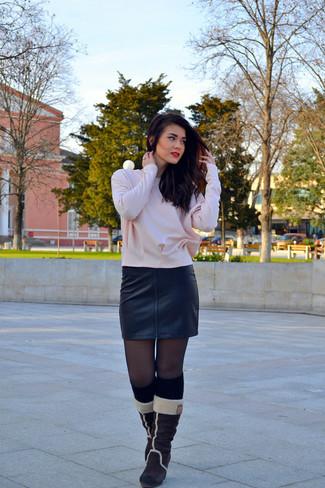 Abbinare una camisetta a maniche lunghe rosa e una minigonna in pelle nera è una comoda opzione per fare commissioni in città. Indossa un paio di stivali al polpaccio in pelle scamosciata marrone scuro per un tocco virile.