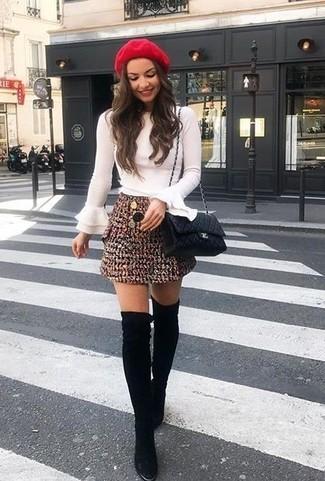 Come indossare: camicetta manica lunga con volant bianca, minigonna di tweed bordeaux, stivali sopra il ginocchio in pelle scamosciata neri, borsa a tracolla in pelle trapuntata nera