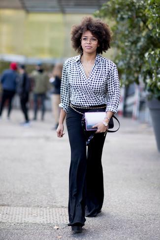 Come indossare e abbinare: camicetta manica lunga a quadretti nera e bianca, pantaloni a campana neri, borsa a tracolla in pelle nera, cintura dorata