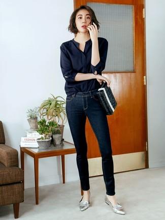 Come indossare: camicetta manica lunga nera, jeans aderenti blu scuro, mocassini eleganti in pelle argento
