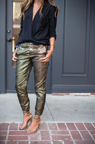 Come indossare: camicetta manica lunga nera, pantaloni skinny dorati, sandali con tacco in pelle argento