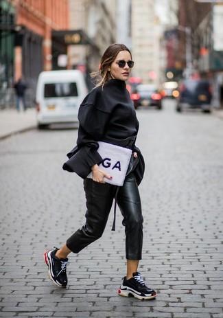 Come indossare: camicetta manica lunga nera, pantaloni stretti in fondo in pelle neri, scarpe sportive nere