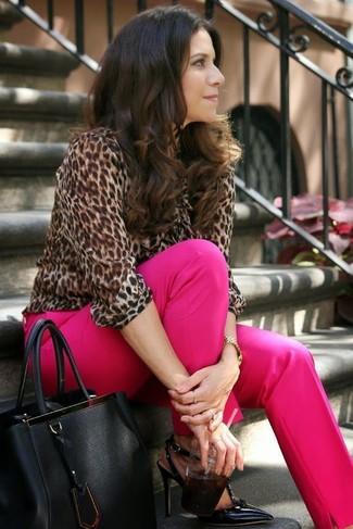 Come indossare: camicetta manica lunga leopardata marrone, pantaloni eleganti fucsia, décolleté in pelle neri, borsa shopping in pelle nera