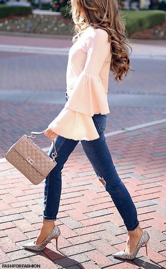 Come indossare e abbinare: camicetta manica lunga con volant rosa, jeans aderenti strappati blu scuro, décolleté con paillettes argento, cartella in pelle trapuntata beige