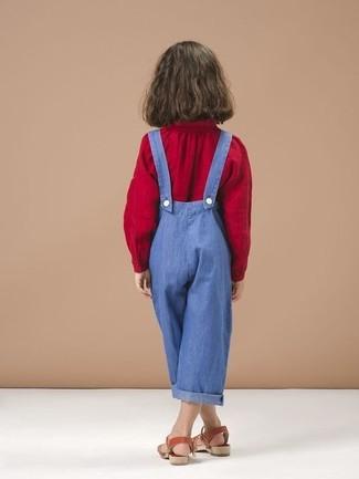 Come indossare: camicetta manica lunga rossa, salopette blu, sandali rossi
