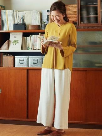 Come indossare: camicetta manica lunga senape, pantaloni larghi bianchi, mocassini eleganti in pelle marroni