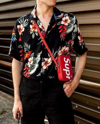 Come indossare e abbinare: camicia a maniche corte a fiori nera, jeans neri, portadocumenti da collo rosso