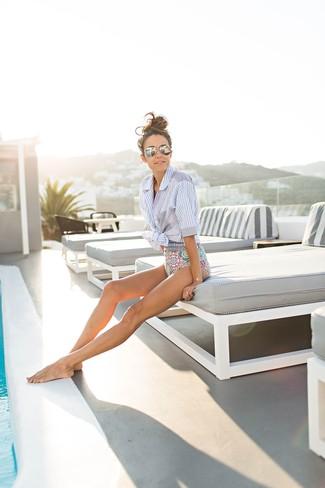 Come indossare: camicia a maniche corte a righe verticali azzurra, costume da bagno stampato multicolore, occhiali da sole argento