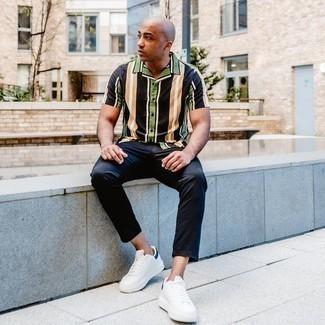 Trend da uomo 2020: Per un outfit quotidiano pieno di carattere e personalità, vestiti con una camicia a maniche corte a righe verticali multicolore.