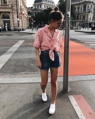 Come indossare e abbinare: camicia a maniche corte a righe verticali rossa, pantaloncini di jeans blu scuro, sneakers basse bianche