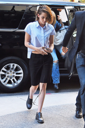 Come indossare: camicia a maniche corte azzurra, gonna a tubino nera, mocassini eleganti in pelle neri