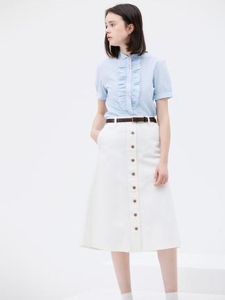 Come indossare: camicia a maniche corte azzurra, gonna con bottoni bianca, cintura in pelle marrone scuro