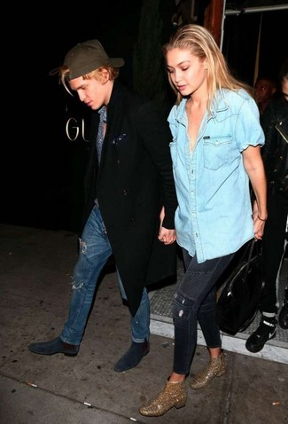 Come indossare: camicia a maniche corte di jeans azzurra, jeans aderenti strappati blu scuro, stivaletti con paillettes decorati dorati, borsa shopping in pelle nera