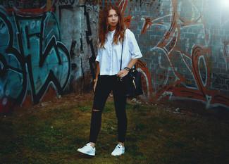Come indossare: camicia a maniche corte azzurra, jeans aderenti strappati neri, sneakers basse bianche, borsa a secchiello in pelle nera