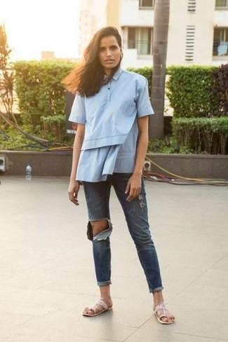 Come indossare: camicia a maniche corte azzurra, jeans boyfriend strappati blu scuro, infradito in pelle rosa