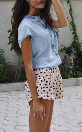 Come indossare: camicia a maniche corte azzurra, pantaloncini a pois beige, anello argento