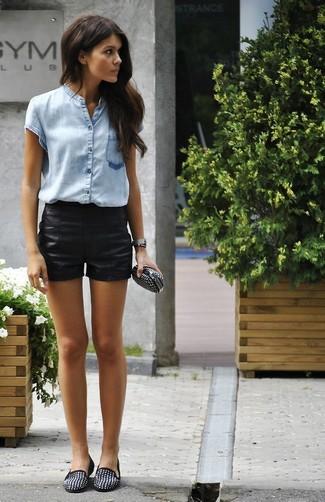 Come indossare: camicia a maniche corte azzurra, pantaloncini in pelle neri, mocassini eleganti in pelle scamosciata con borchie neri, pochette in pelle con borchie nera