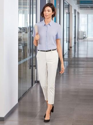 Come indossare: camicia a maniche corte azzurra, pantaloni skinny bianchi, décolleté in pelle scamosciata neri, cintura in pelle nera