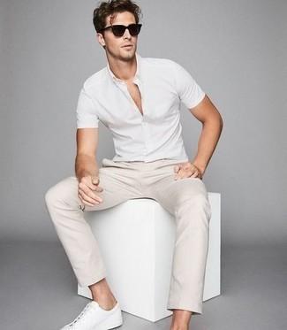 Come indossare e abbinare sneakers basse in pelle bianche: Coniuga una camicia a maniche corte bianca con chino beige per un look semplice, da indossare ogni giorno. Rifinisci questo look con un paio di sneakers basse in pelle bianche.