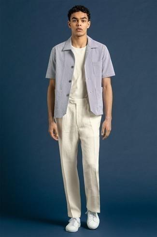 Come indossare e abbinare una t-shirt girocollo bianca: Mostra il tuo stile in una t-shirt girocollo bianca con chino bianchi per un outfit comodo ma studiato con cura. Sneakers basse in pelle bianche sono una splendida scelta per completare il look.