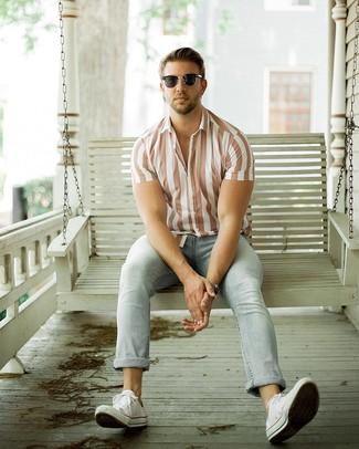 Look alla moda per uomo: Camicia a maniche corte a righe verticali bianca, Jeans azzurri, Sneakers basse di tela bianche, Occhiali da sole neri