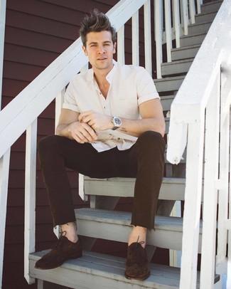 4e406e9b15 ... Look alla moda per uomo: Camicia a maniche corte bianca, Jeans marrone  scuro,