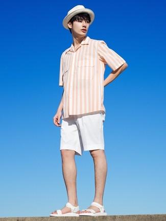 Come indossare e abbinare: camicia a maniche corte a righe verticali bianca, pantaloncini bianchi, sandali in pelle bianchi, borsalino di paglia bianco