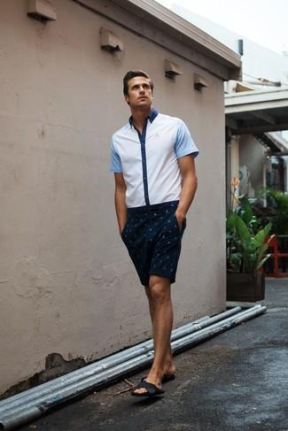 2797a59072 ... Look alla moda per uomo: Camicia a maniche corte bianca, Pantaloncini  stampati blu scuro